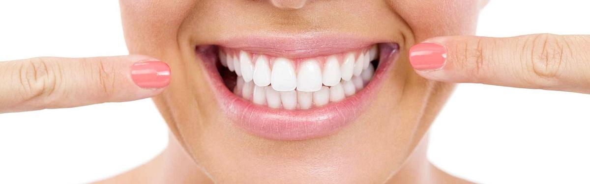 девушка указывает на зубы (исправить прикус)